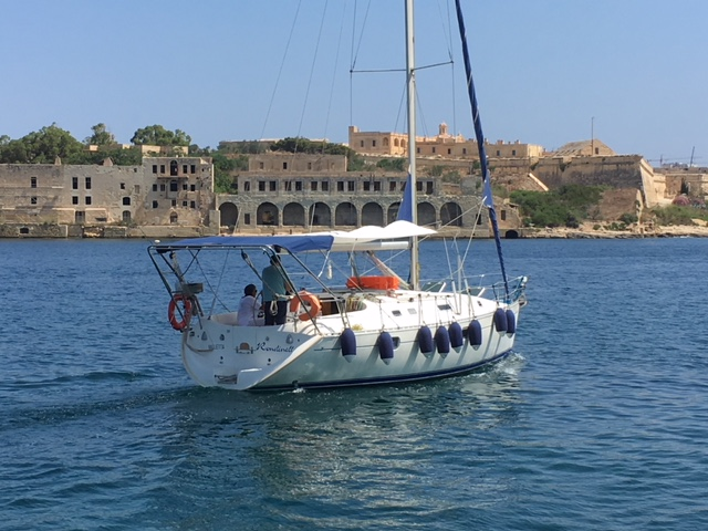 Sailing Beneteau 351